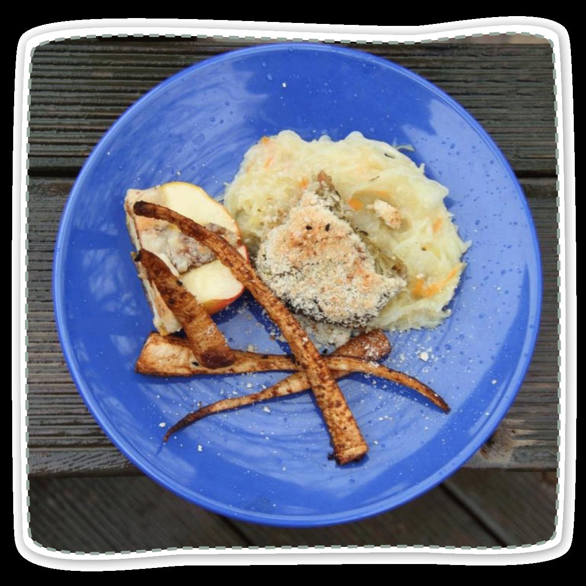 Geschmorte Linsen-Krautwickel mit Sauerkraut, Bratapfel und Zimt-Wurzel