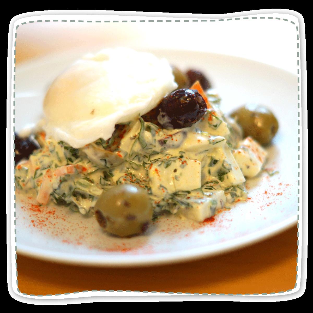 Kräutersalat an pochiertem Ei
